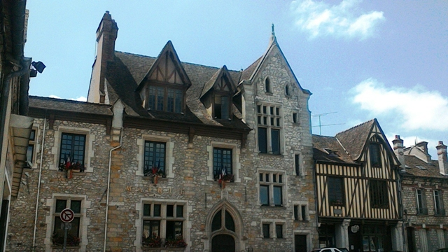 Moret-sur-Loing the town hall (cc Marilyn Z. Tomlins) ]