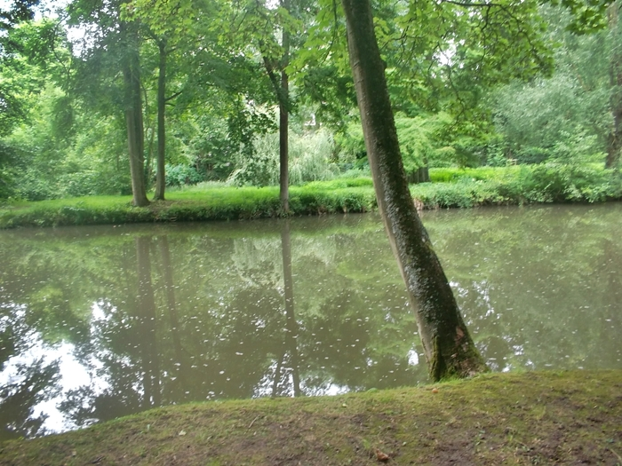 Yerres River (cc Marilyn Z. Tomlins) as it flows peacefully through the park.